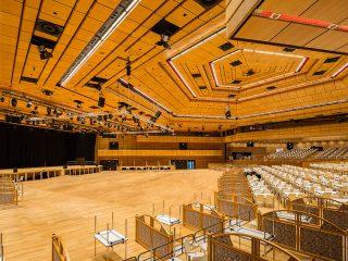 Saalbeleuchtung und Medientechnik für Veranstaltungszentren