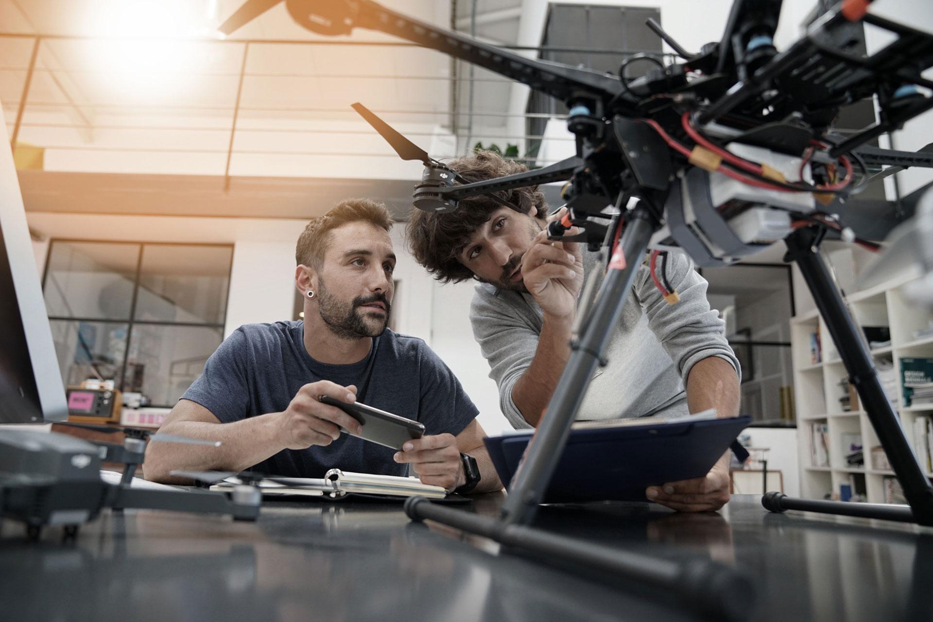 Elektrotechnik im Team Ausbildung an Drohne