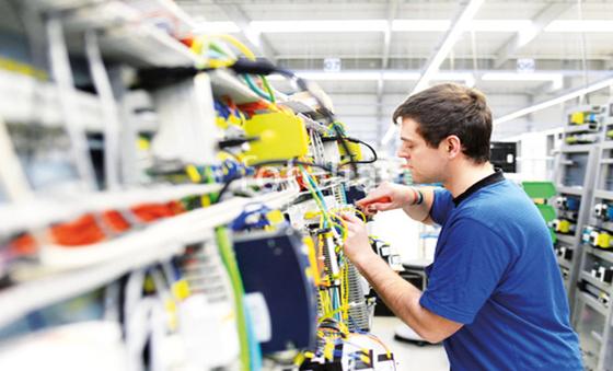 Lehrling Elektrotechnik Wien in Werkstätte bei Verkabelung eines Verteilers